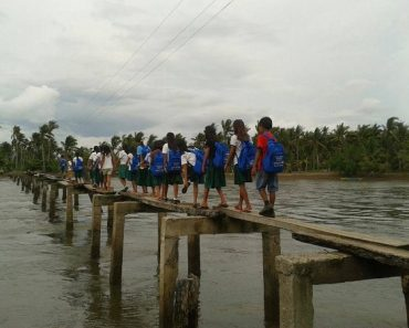 Kids in 'Yolanda'-hit Barangay Cross Dangerous Bridge Daily to Go to School