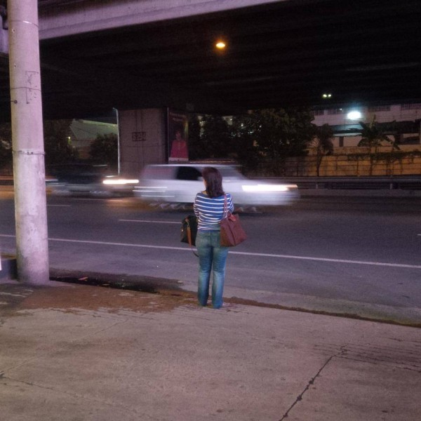 Leni Robredo Photographed While Waiting For a Bus