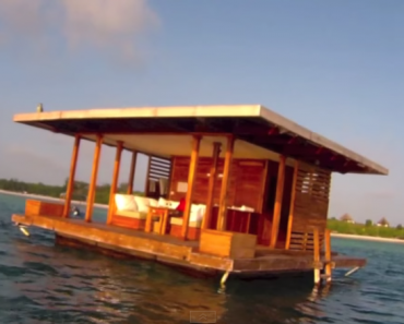 Awesome Underwater Bedroom in Resort Allows Tourists to Sleep with the Fishes