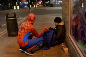 """VIDEO: """"Spiderman"""" feeds the homeless in the streets of UK"""