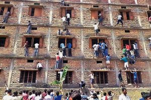 Parents Climb Indian School Building Walls to Help Their Kids Cheat in Exam