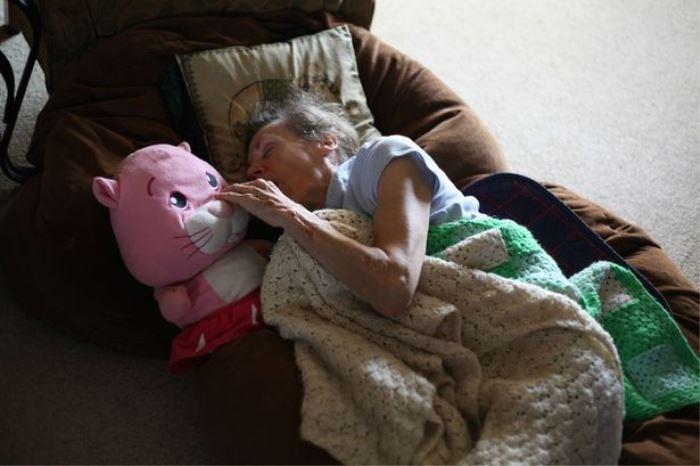 mother battles dementia