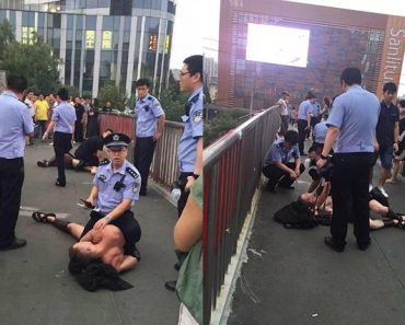 """Beijing Cops Detain Foreigners Dressed as """"Spartan Warriors"""""""