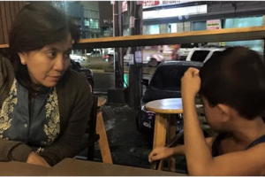 Stolen Shot: Leni Robredo Chats and Dines with a Street Kid