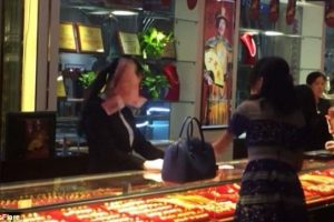 Rich Woman Throws Wads of Cash at Shop Assistant in China Jewellery Store
