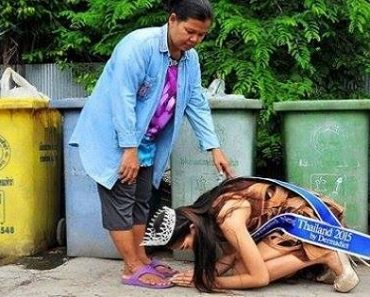 Viral Photo: Thai Beauty Queen Bows Down to Thank Trash Scavenger Mom
