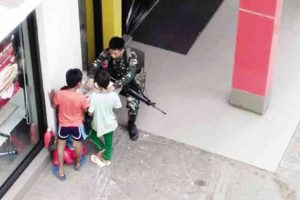 This Kindhearted Soldier Shared His Meal With Three Street Kids