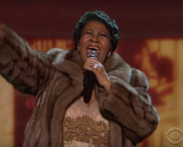 """VIDEO: Barack Obama Cries as Aretha Franklin Belts Out """"Natural Woman"""""""