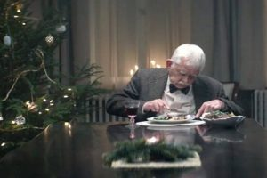 """Old Dad Announces Own """"Funeral"""" So His Children Will Come Home for Christmas"""