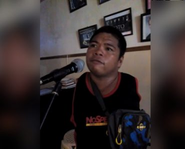 Armless Beggar Amazes Restaurant Diners with His Excellent Talent