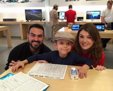 iStore Employees Gift Cancer-stricken Boy Studying Inside Their Shop with an iPod Nano