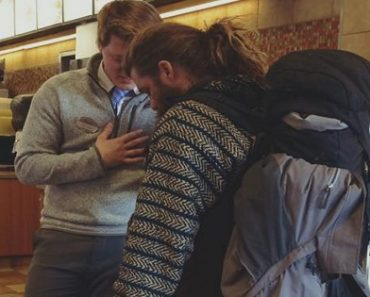Photo of Restaurant Manager Praying with a Homeless Man Goes Viral