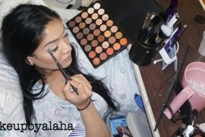 Pregnant Mother Applies Full Makeup During Labor