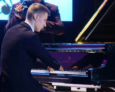 Born Without Fingers, This Teen Still Became A Successful Pianist
