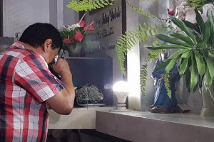 With Victory Near, Duterte Cries at Parents' Grave