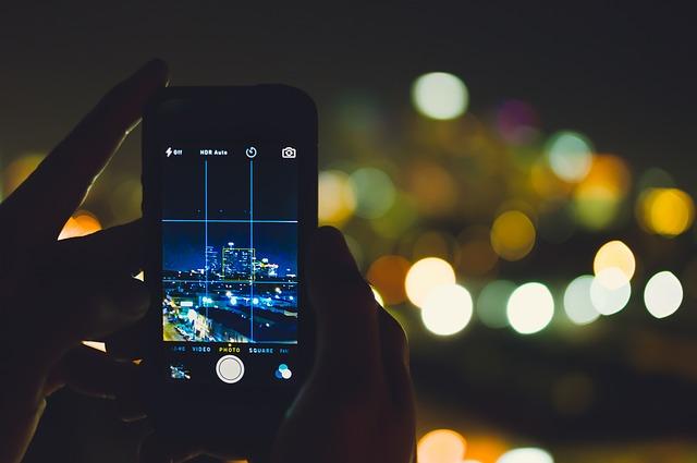 smartphone-use-dark