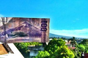 Traveler Posts Mayon Volcano Photo behind a Php100 Bill
