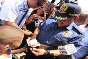 PNP Chief Buys from Young Vendor Whose Goods Were Knocked Over by SONA Crowd