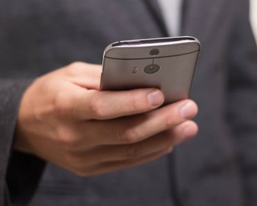 Experiment Shows Men Can't Leave Their Phones Alone