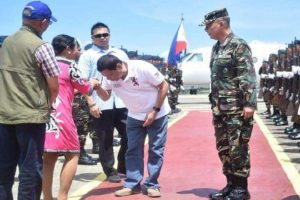 Pres. Duterte Kisses Hand of Zamboanga Mayor Who Publicly Campaigned Against Him!