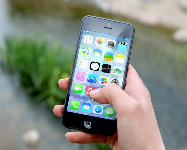 Woman Finds Her iPhone 1 Month After Dropping It In The Sea And It's Still Working!