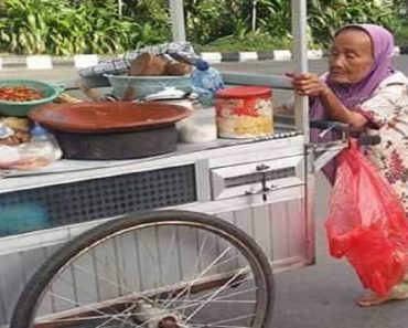 Hardworking Lady Sells Food in a Cart She Pushes Even While She's Barefoot