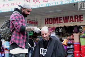 During His Days Off, This Barber Gives Free Haircuts For The Homeless