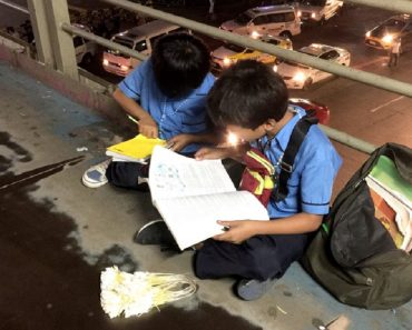 VIRAL: Brothers Study While Selling Sampaguitas on a Walkway