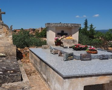 """Rich Man Buried with $5,700 So He Can """"Bribe God"""""""