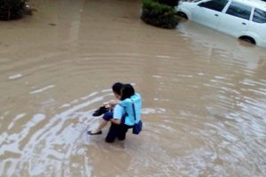 Sweet Guy Who Carried Girl across Flood Waters Goes Viral