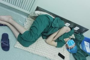 Surgeon Sleeping on the Floor after Doing 5 Surgeries Goes Viral