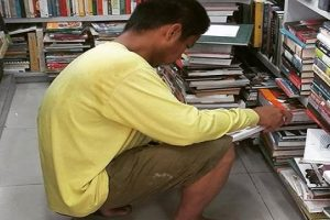 Construction Worker Goes Viral for Reading Interior Design Book
