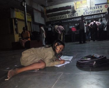 Diligent Girl Studying at Train Station Gets Help from Netizens