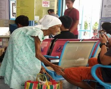 Netizens Concerned about 90-Year-Old Woman Still Selling Candies
