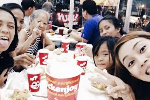 Kindhearted Girl Feeds an Old Sampaguita Vendor and Several Kids Who Followed Them to Jollibee