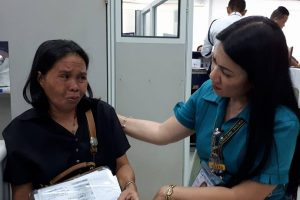 Kind SSS Manager Personally Assists Crying Widow Insulted by Another Employee