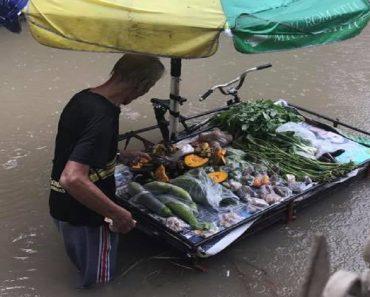 Old Vendor Earns Admiration for Still Selling His Vegetables Despite the Floods
