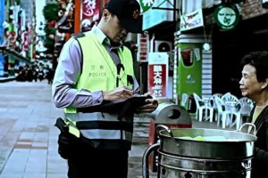 Taiwanese Policeman Pays for Old Lady's Fines, Makes Her Cry in Gratitude