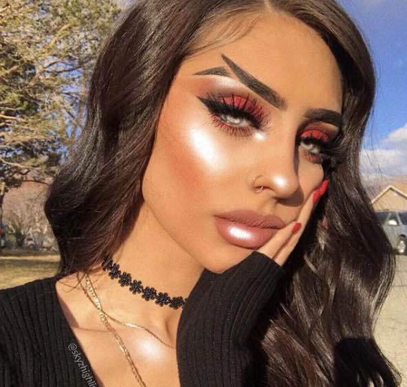 The fishtail brows is taking not only the beauty world but also the social media world by storm. [Image Credit: skyzeditz / Instagram]