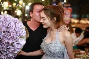 Girl Surprises BF with a Bouquet of Money Made of Worth $3,200 in Paper Bills