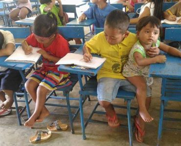 Grade 1 Student Takes Care of Younger Brother in School, Earns Admiration from Netizens