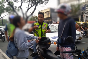Traffic Enforcers Attacked by Woman They Ticketed for Not Wearing Helmet
