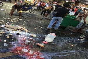 Enforcers Throw Illegal Vendors' Goods on the Street, Earn Mixed Reactions