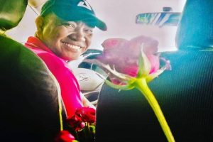 Taxi Driver Gives Roses to Passengers, Aims to Change People's Minds about Cabs