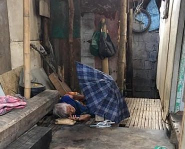 Netizens Take Pity on Old Lady Who Sleeps Outside the House and Appears Abandoned
