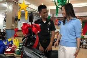 School's Heiress Turns Santa, Makes Students' Wishes Come True for Christmas