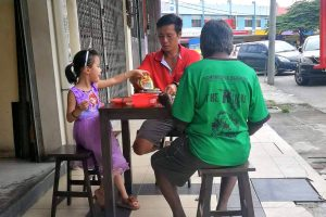 Father Teaches Daughter Compassion, Shares Meal with Homeless Man