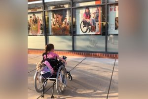 Photo of Girl in Wheelchair Gazing at Beauty Store Model Also in Wheelchair Goes Viral