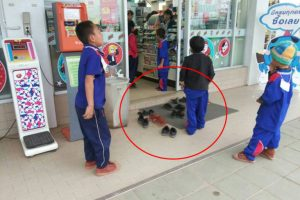 Obedient Kids Go Viral for Taking Shoes Off as They Entered 7-Eleven Store