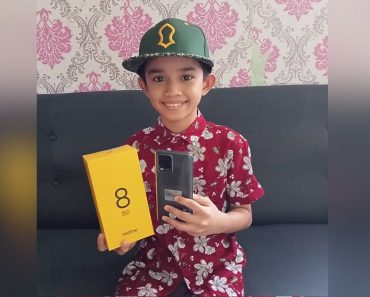 11-Year-Old Boy Receives Phone from RealMe After Becoming Shopee Seller for School